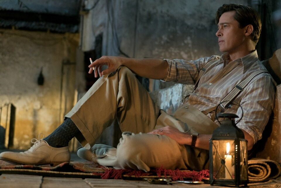 Brad Pitt in una scena di Allied - Un'ombra nascosta.  La recensione del film su VigilanzaTv