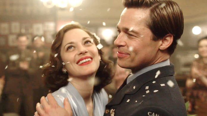 Marion Cotillard e Brad Pitt in una scena di Allied - Un'ombra nascosta. La recensione del film su VigilanzaTv