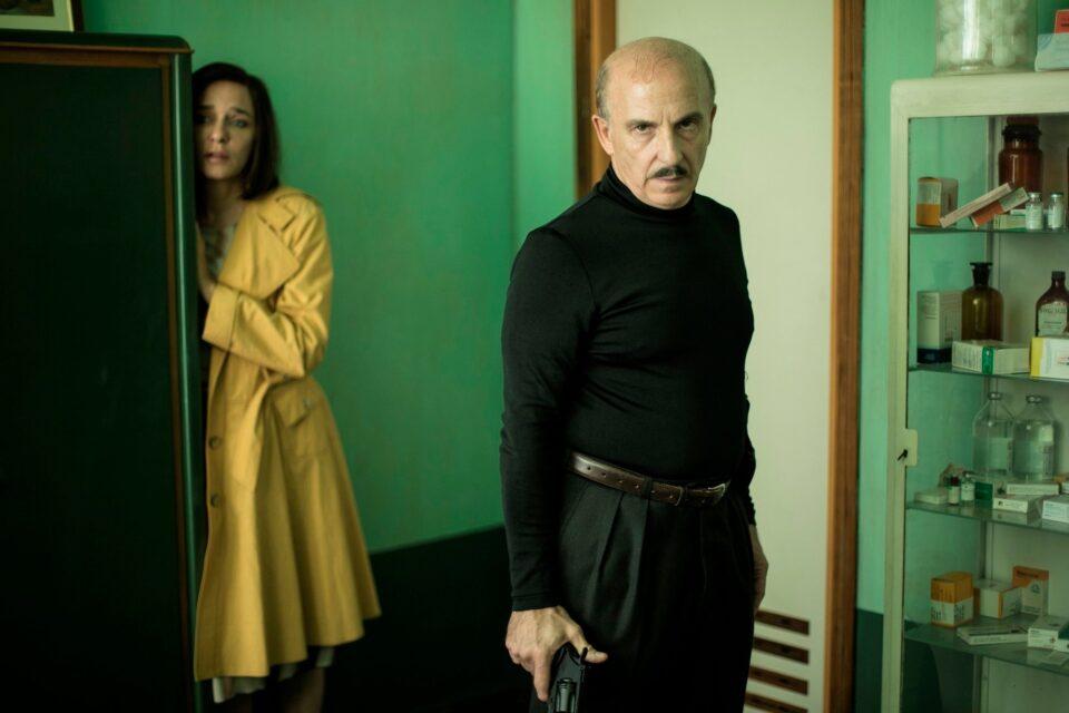 Valeria Golino e Carlo Buccirosso in una scena di 5 è il numero perfetto