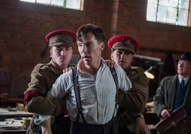 Benedict Cumberbatch è Alan Turing, inventore dell'intelligenza artificiale, in una scena del film The Imitation Game