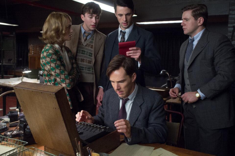 Benedict Cumberbatch (in una scena con Keira Knightley e Matthew Goode) è Alan Turing, inventore dell'intelligenza artificiale, nel film The Imitation Game